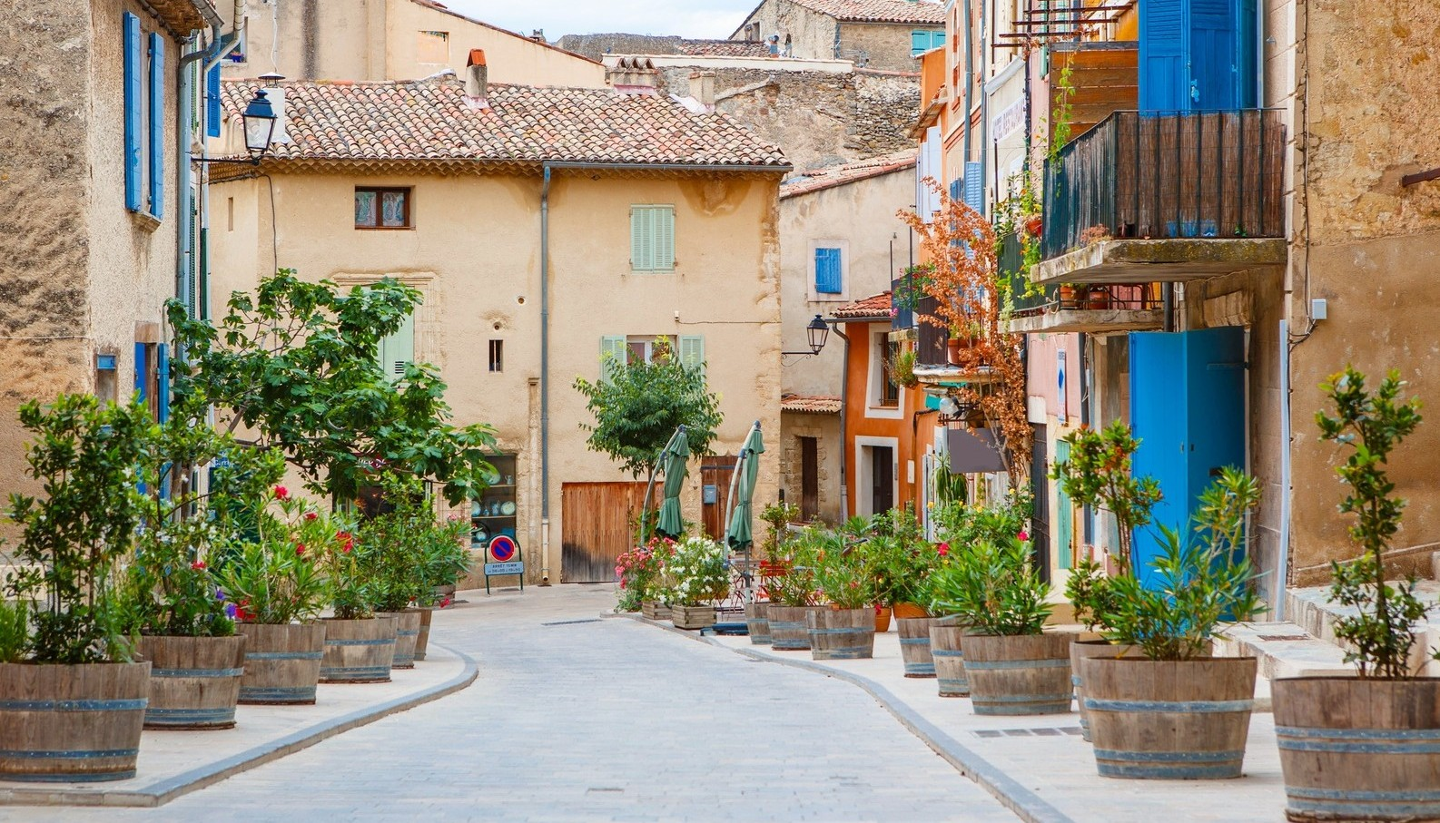 Provencal-street-with-typical-houses-in-southern-France-Provence.-e1439816838140