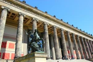 Reiterskulptur vor Eingang Altes Museum in Berlin