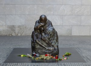 statue of mother holding his dead child in neue wache