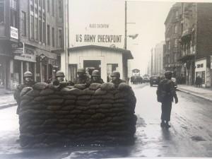 Soldados americanos atrás da berreiro de sacos de areia, em Checkpoint Charlie, em 4 de Dezembro de 1961