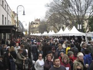 No inverno, uma feira com músicos e comida na rua de pedestre no centro