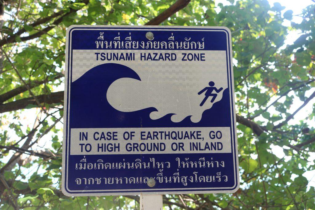Placa indicando a rota de fuga do Tsunami, Phi Phi, Tailândia