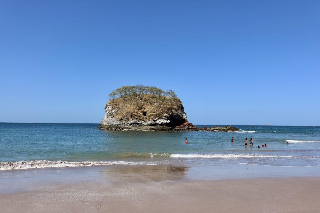 Playa Real, Bahia dos Piratas, reparem o furo na pedra, conforme a lenda, era o esconderijo de tesouro dos piratas, Costa Rica