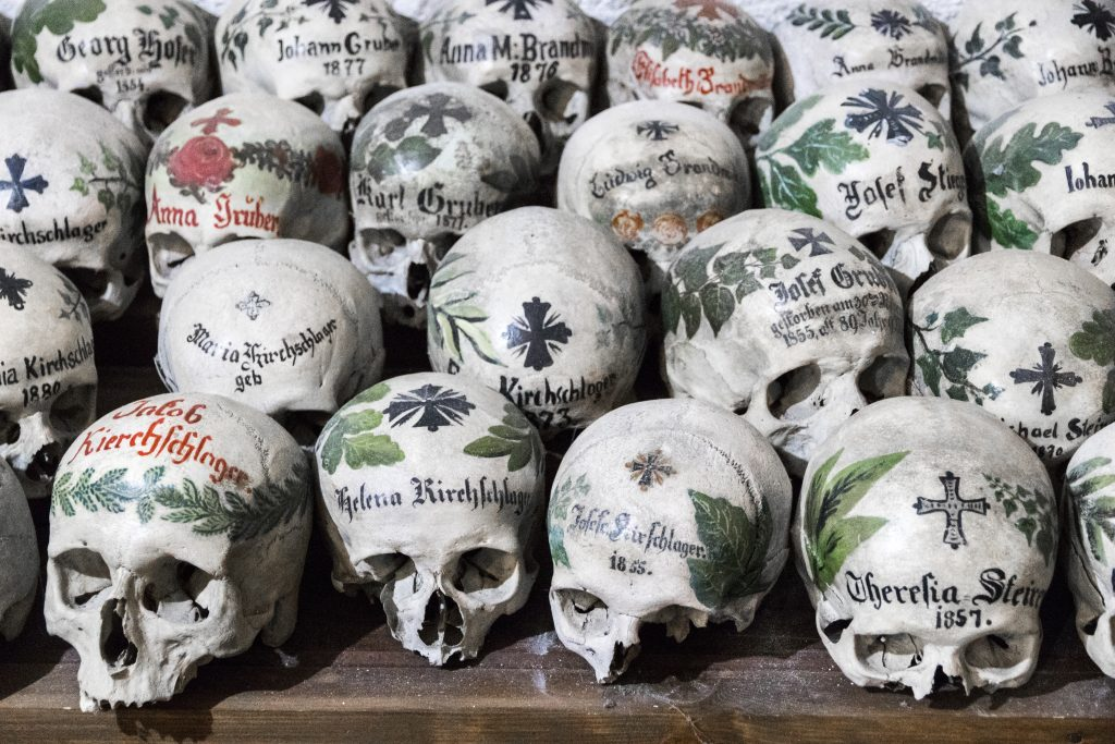 Crânios pintados em Charnel House ou Beinhaus, Hallstatt, Austria