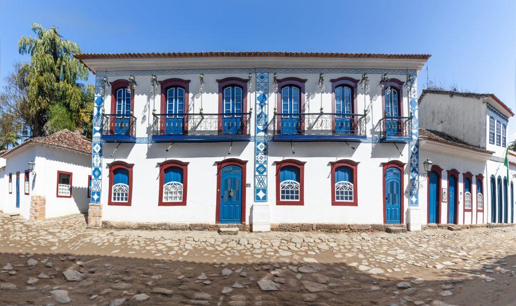Desenhos geométricos com símbolos maçônicos nas fachadas das casas em Paraty, Rio de Janeiro, Brasil