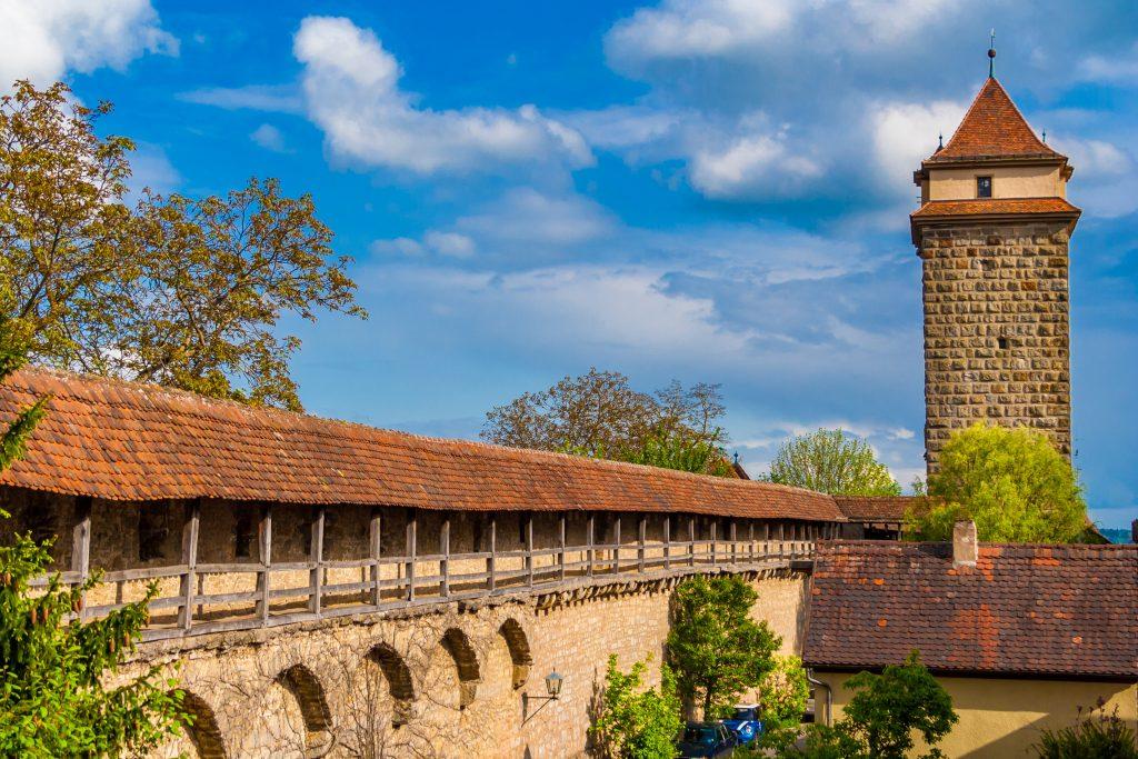 A muralha da cidade que leva ao portão Galgentor