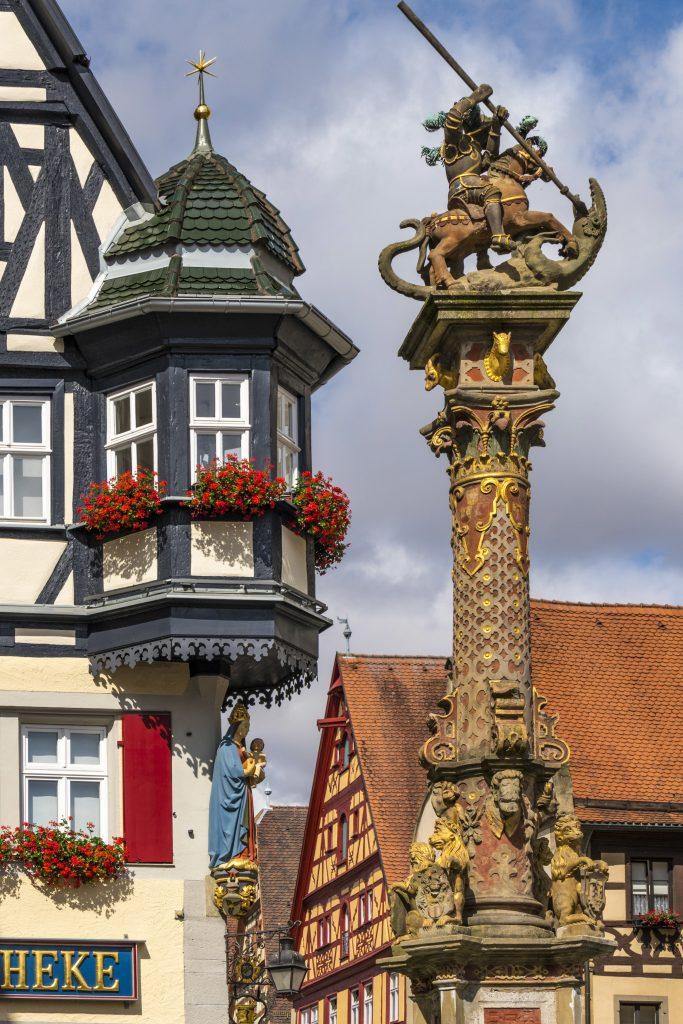 Herterichsbrunnen, Fonte de São Jorge, Rothenburg ob der Tauber, Alemanha.