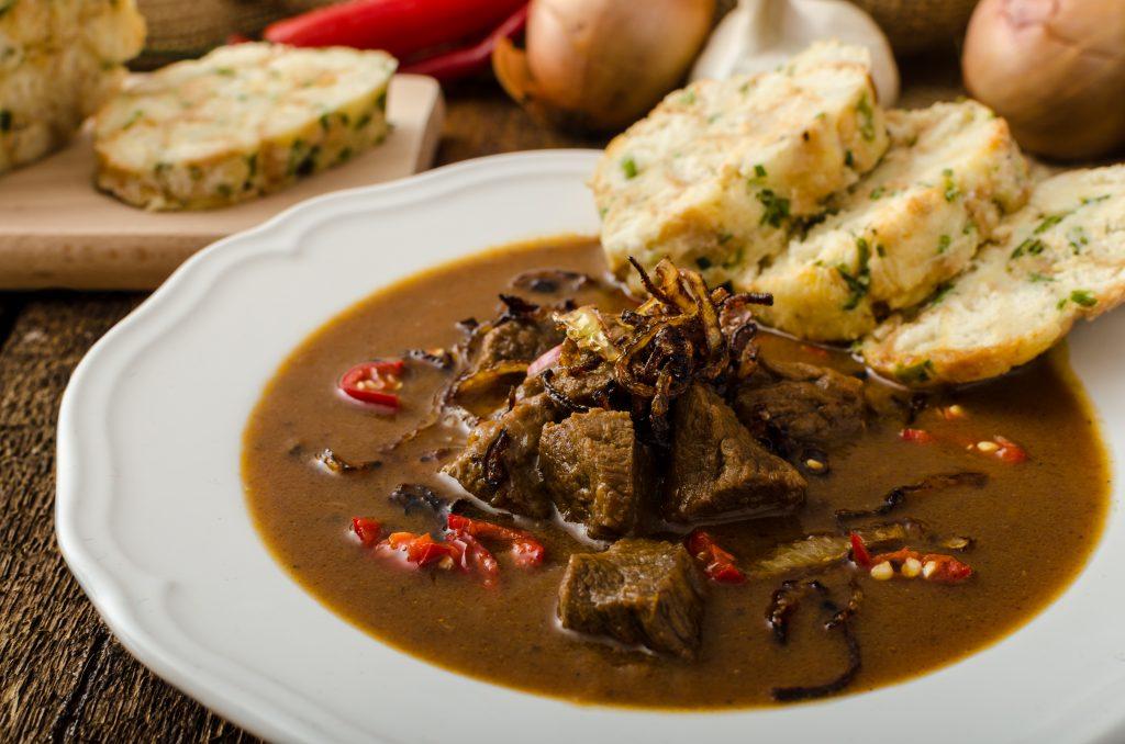 """Guláš, conhecido como """"goulash"""", origem húngara, é um prato típico da República Tcheca"""